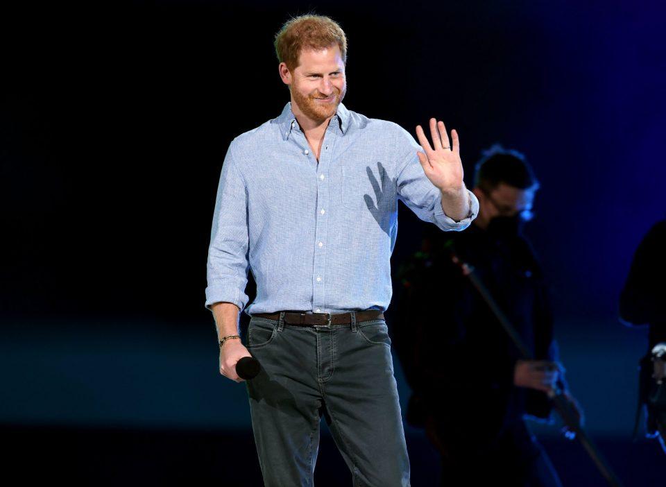 Принцот Хари за прв пат се појави во јавност по смртта на неговиот дедо