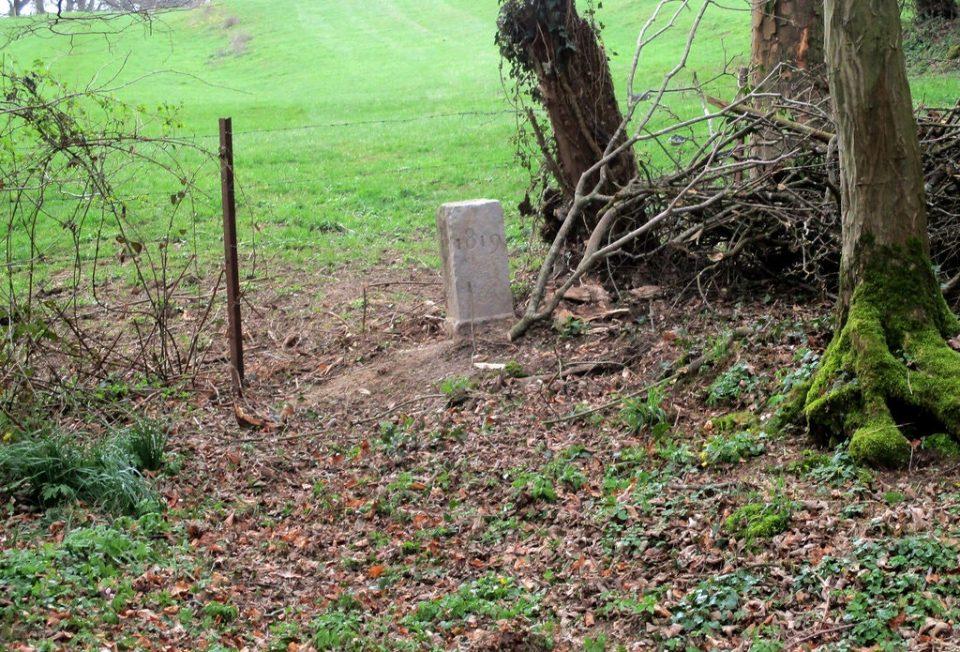 Земјоделец помести камен стар 200 години на границата помеѓу Франција и Белгија