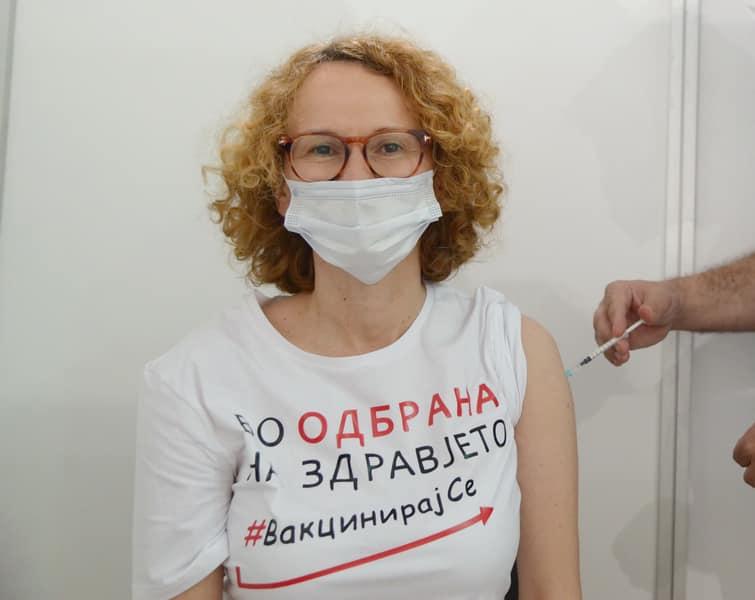 (ФОТО) Се вакцинираше Радмила Шекеринска