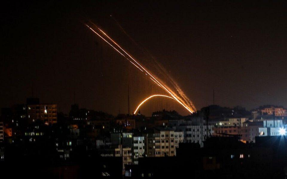 Хамас истрела огромен број ракети кон Израел, Тел Авив жестоко возврати