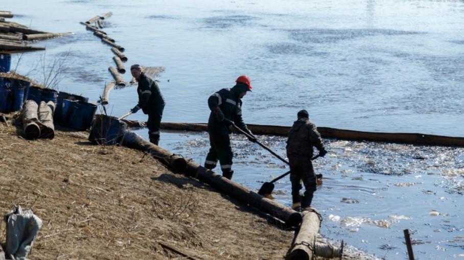 Во Русија се излеаја сто тони нафта, девет тони во река