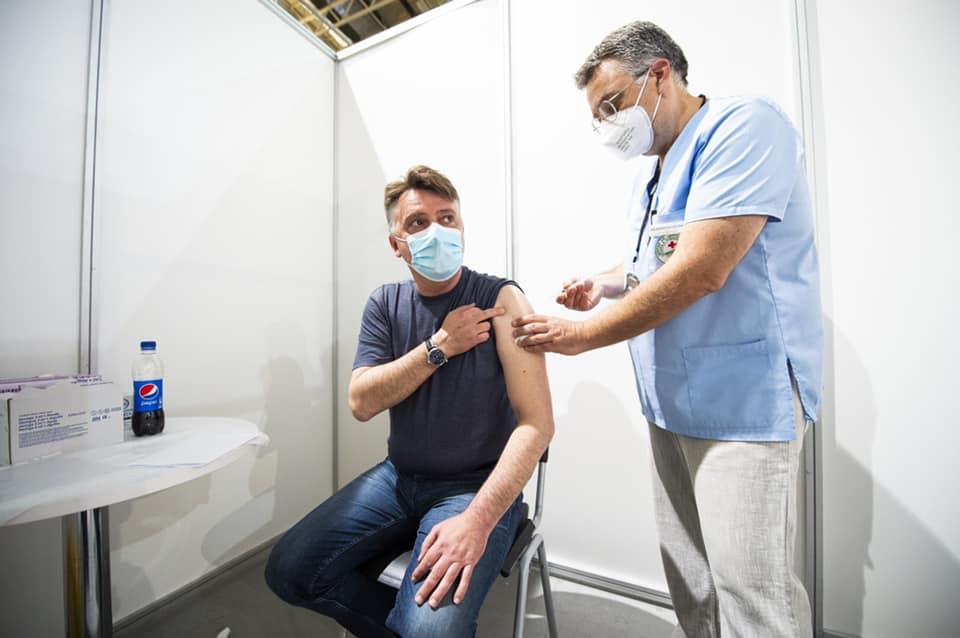 (ФОТО) Скопскиот градоначалник Шилегов вечерва се вакцинираше против Ковид-19