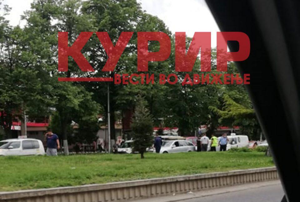 """(ФОТО) Сообраќајка пред """"Бисер"""", се судрија три возила"""
