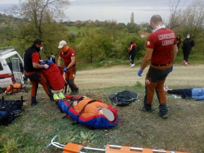 (ФОТО) Спасени туристи кои паднале во провалија во охридско