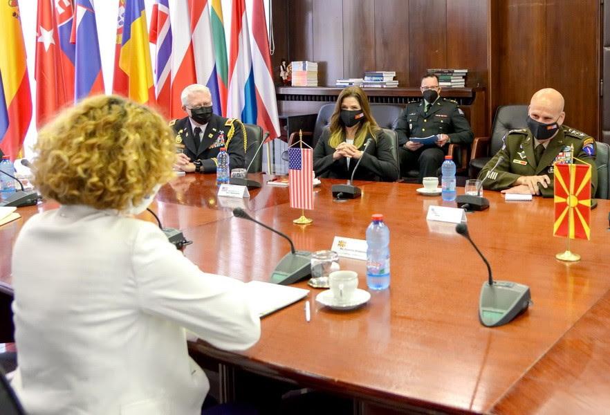 Средба на генералот Каволи со министерката Шекеринска и началникот Ѓурчиновски