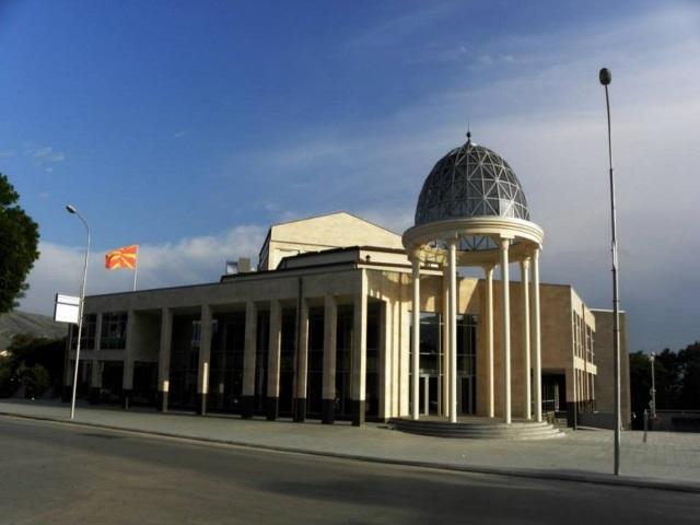 Стариот велешки театар оставен на негрижата, мета на вандализам
