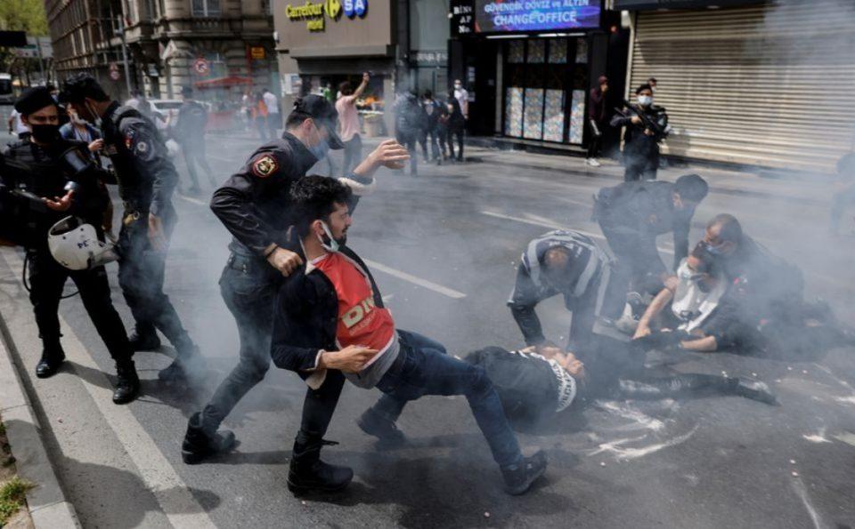 (ФОТО) Стотици уапсени и приведени на насилните првомајски протести во Истанбул