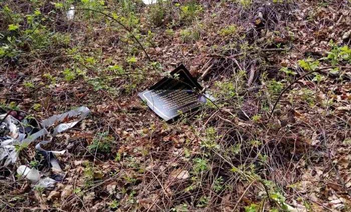 Искршени спомен плочите за убиените бранители кај Вејце