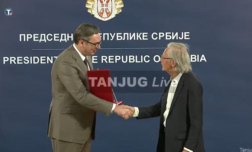 (ВИДЕО) Нобеловецот Хандке доби орден од Александар Вучиќ