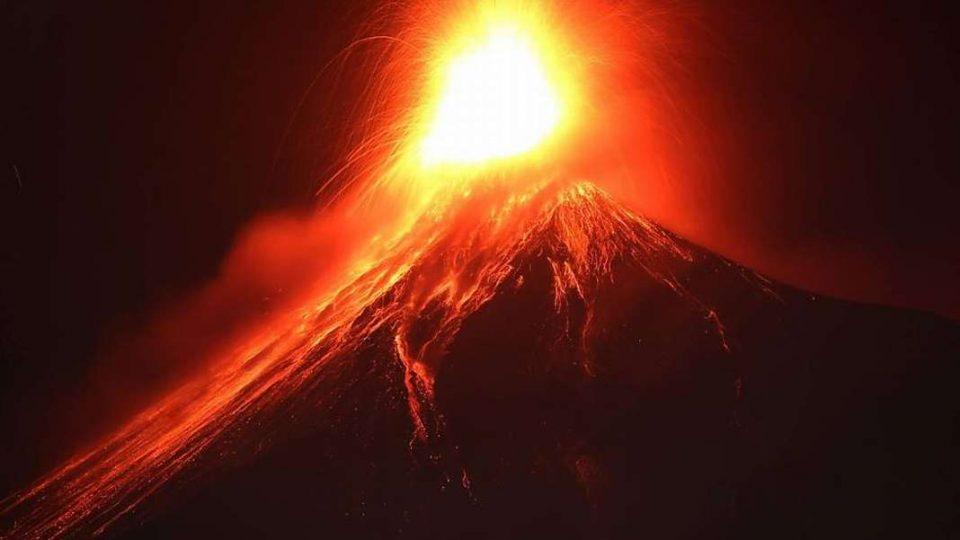 Еруптираше вулканот Етна, исфрла пепел, чад до 4.000 метри висина над Сицилија