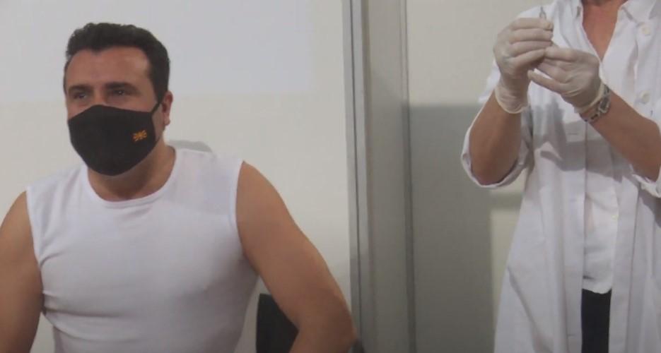 (ВИДЕО) Премиерот Заев денеска се вакцинираше против Ковид-19 –  Еве која вакцина ја прими