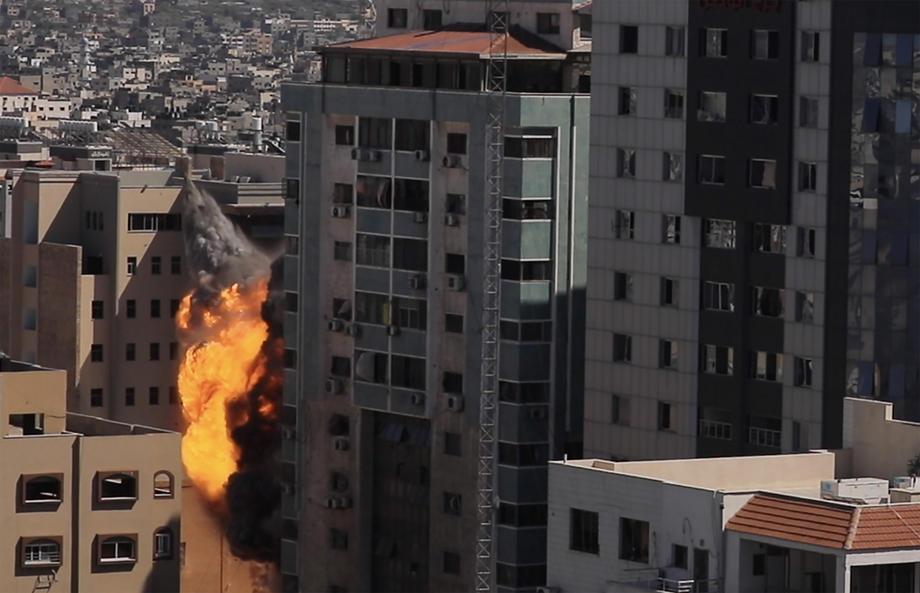 (ВИДЕО) Израелската армија уништи зграда со канцеларии на АП и Ал Џезира во Газа