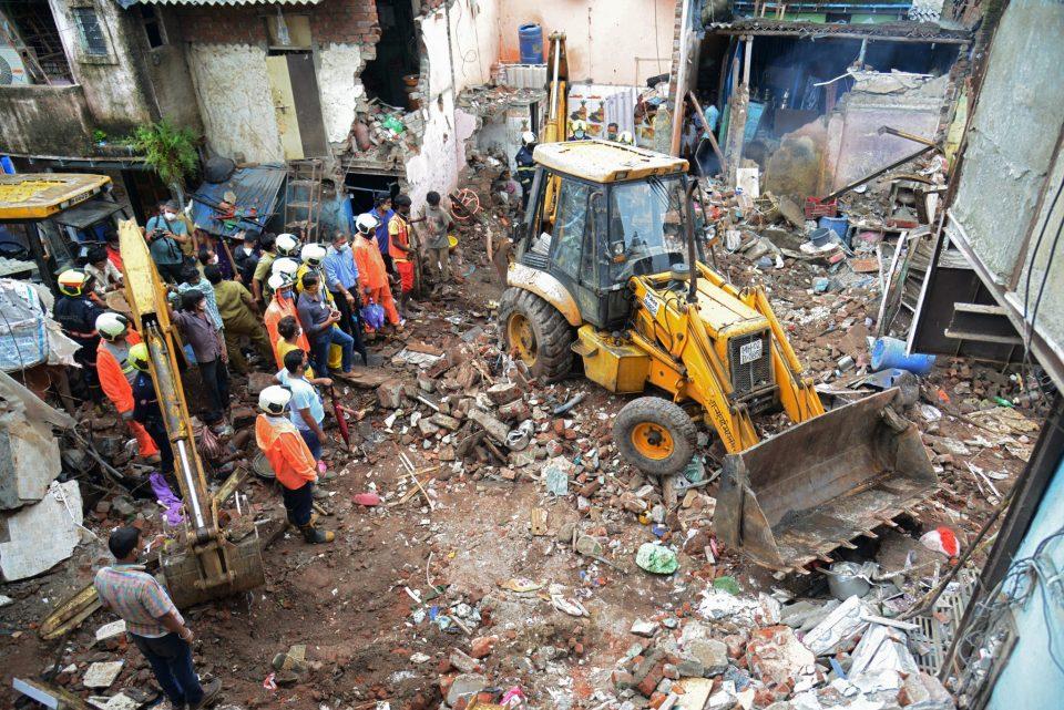Се сруши зграда во Индија, загинаа најмалку 11 лица