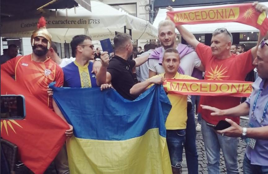 (ФОТО+ВИДЕО) ЕУРОфорија во Букурешт: Македонците и Украинците во пријателска атмосфера го чекаат почетокот на мечот