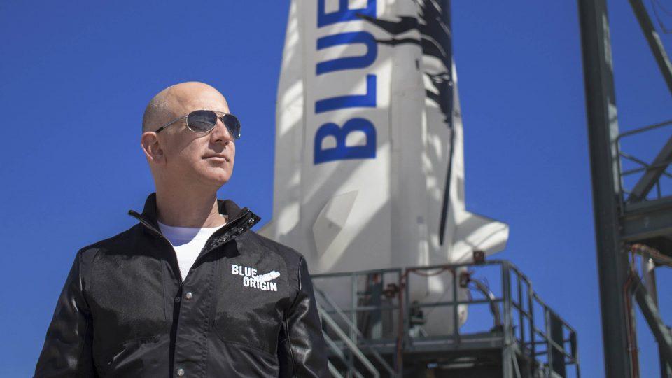 Човек платил 28 милиони долари за лет во вселената со Џеф Безос