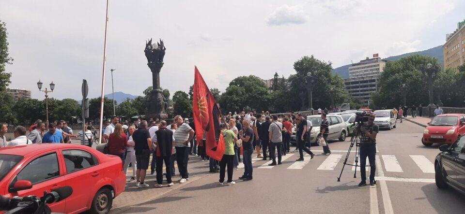(ФОТО) Протест на ВМРО-ДПМНЕ пред МНР: Доста е, излези за Македонија