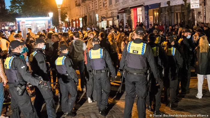 (ВИДЕО) Германската полиција цела ноќ растурала нелегални забави, на една имало 4.000 лица