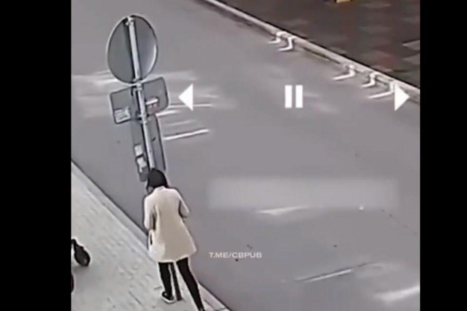 (ВИДЕО) ОВА БОЛЕШЕ! Се тресна во сообраќаен знак додека гледаше во телефонот