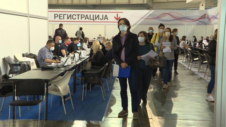 Додека кај нас се паузира со аплицирање вакцини, илјадници Mакедонци се ревакцинираат во Србија