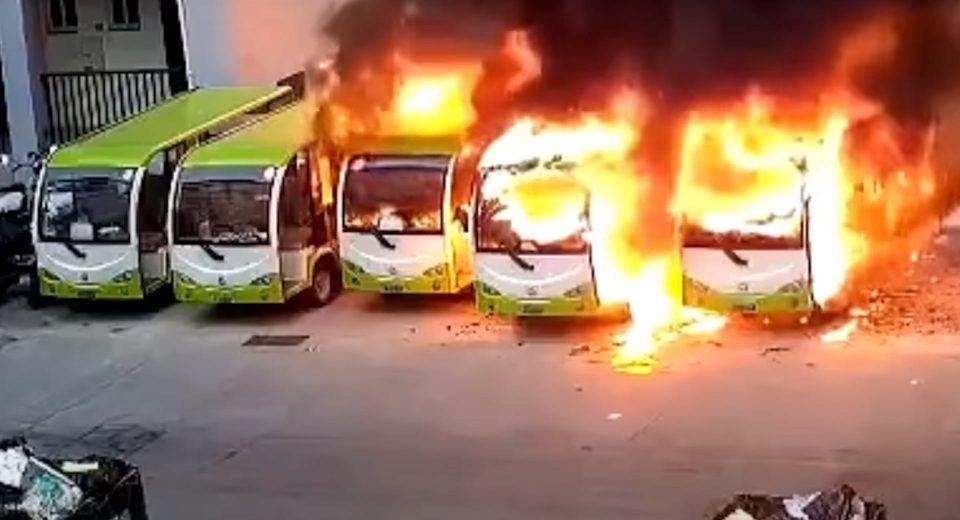(ВИДЕО) Погледнете како електрични автобуси за момент исчезнаа во пламен