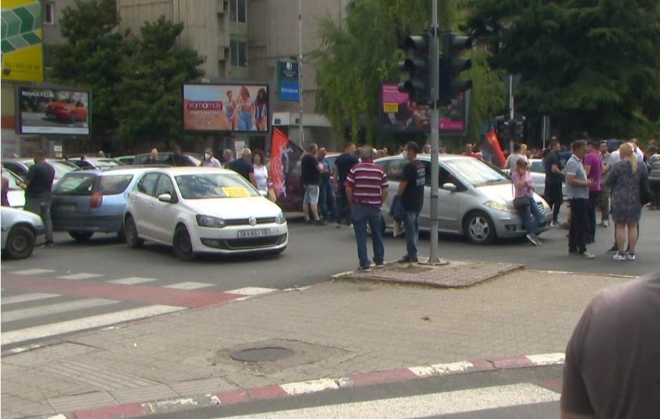 (ВИДЕО) ПОЛИЦИЈАТА БРУТАЛНА СО ДЕМОНСТРАНТИТЕ ОД ВМРО-ДПМНЕ: Приведен претседателот на УМС затоа што снимал со телефон!