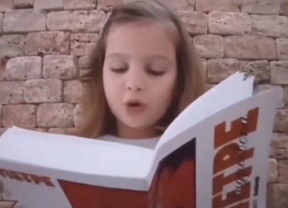 """ВИДЕО КОЕ ЌЕ ВЕ НАЕЖИ: Мало девојче чита редови од романот """"Пиреј"""""""