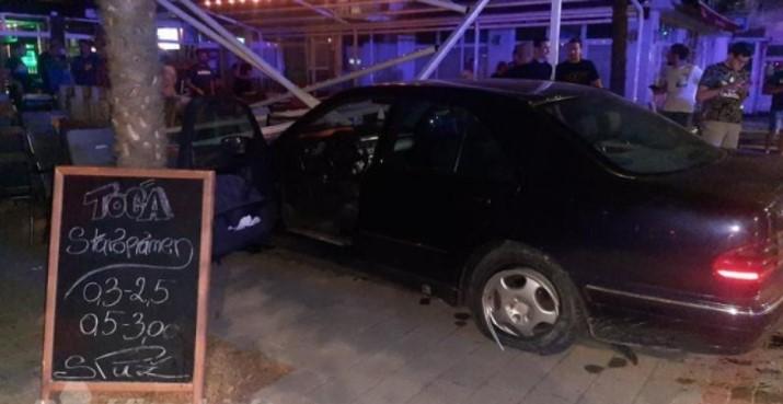(ФОТО) Автомобил влетал во кафуле