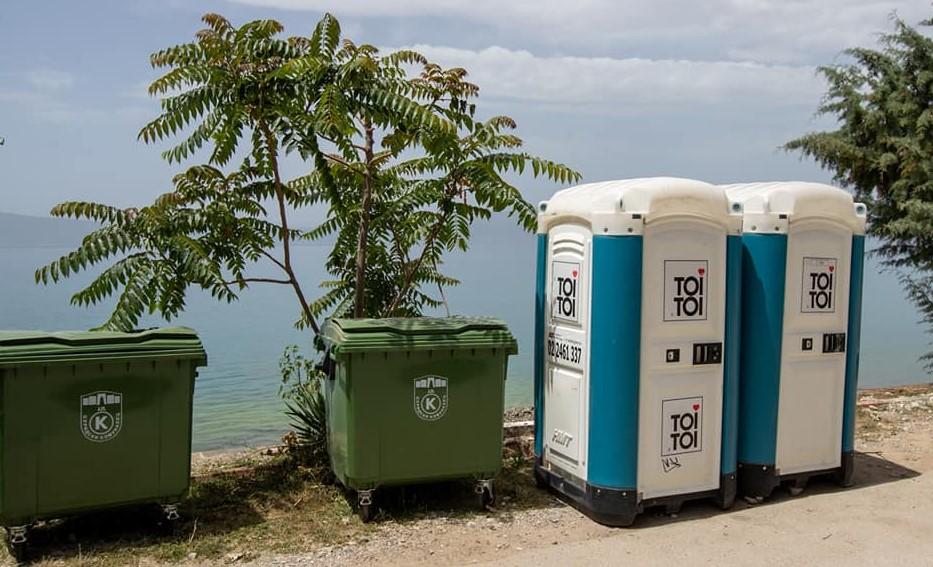 (ФОТО) Охридскиот градоначалник се пофали со контејнери и тоалети во пресрет на туристичката сезона