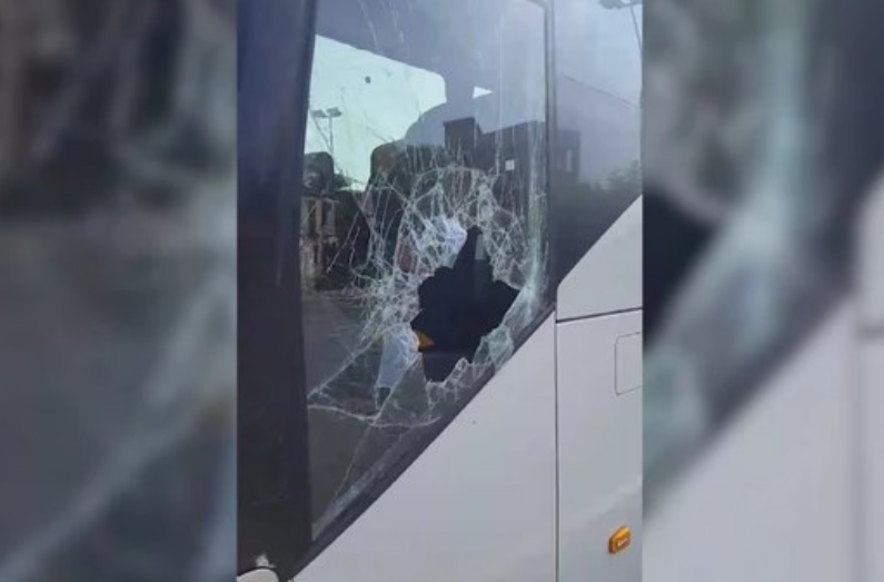 (ФОТО) Утрово во Скопје каменуван и ограбен српски автобус, туристите вознемирени