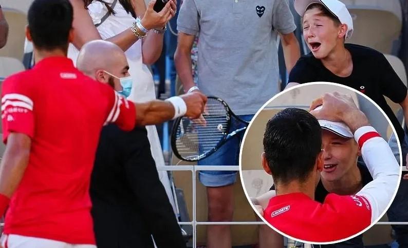 Емотивно: По победата Ѓоковиќ му го подари рекетот на момче од публиката