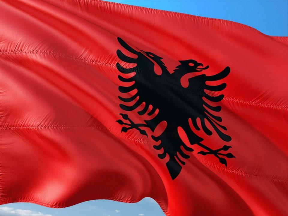 Албанија не планира укинување на полицискиот час