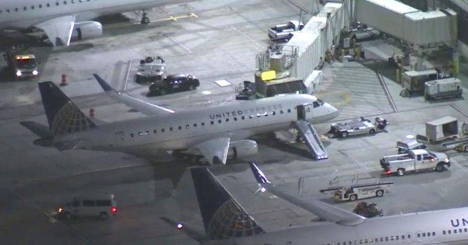 (ВИДЕО) Човек скокнал од авион во движење на аеродромот во Лос Анџелес