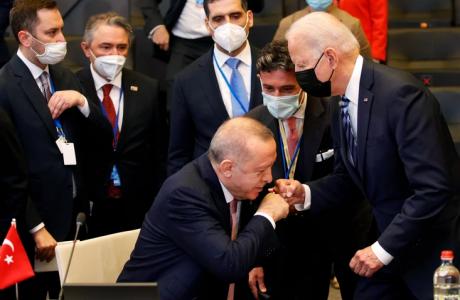 (ВИДЕО) Чуден поздрав меѓу Бајден и Ердоган на НАТО самитот