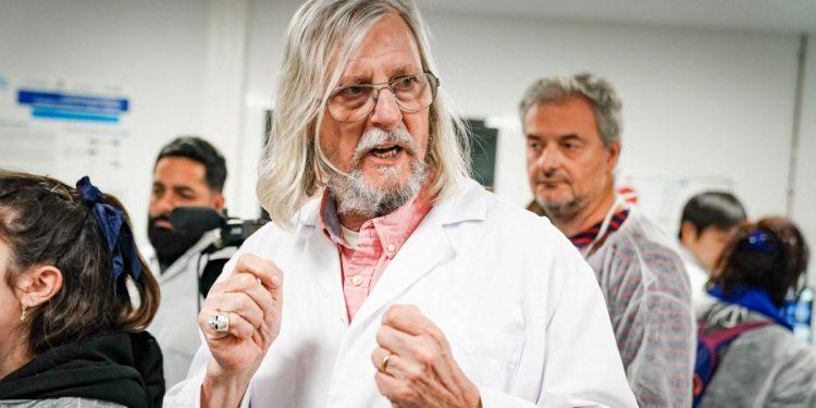 Полицијата врши претрес во канцелариите на професорот Раулт кој имаше контроверзни изјави за ковид-19