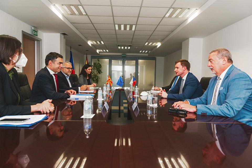 Димитров и чешкиот заменик МНР Хмелар на средба за проблемот околу блокадата