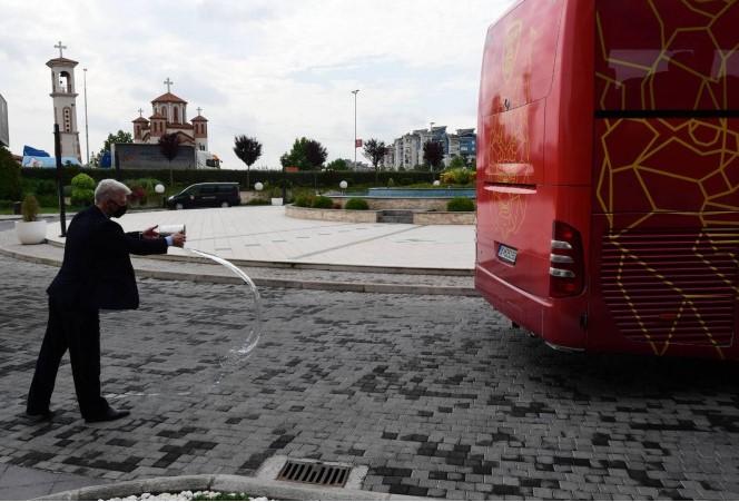 (ФОТО+ВИДЕО) Македонските фудбалери со чаша вода испратени на Европско