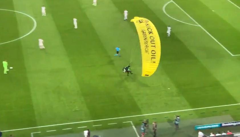 (ВИДЕО) Со параглајдер влета на мечот Франција-Германија, интервенирала лекарската екипа!