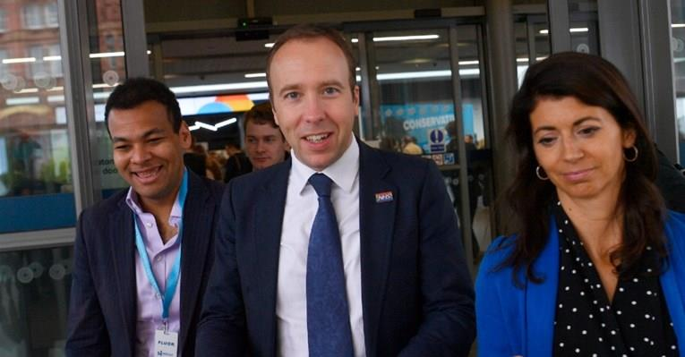 (ВИДЕО) Британскиот министер за здравство ги прекршил протоколите: Бакнувал колешка на работа
