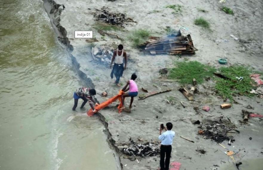 (ФОТО+ВИДЕО) Плутаат телата на жртвите по реката Ганг