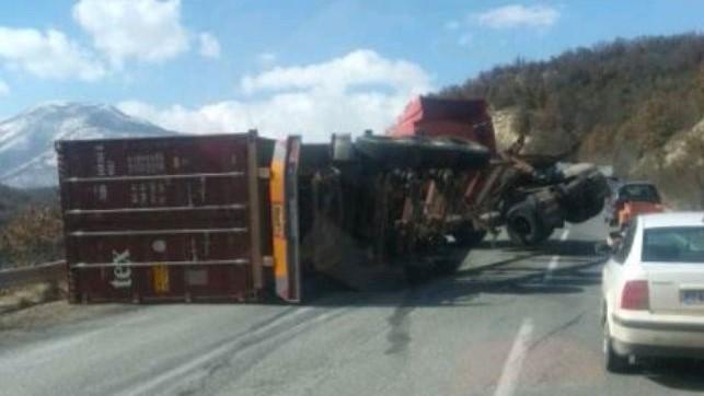Превртен камион го отежна сообраќајот пред Стража
