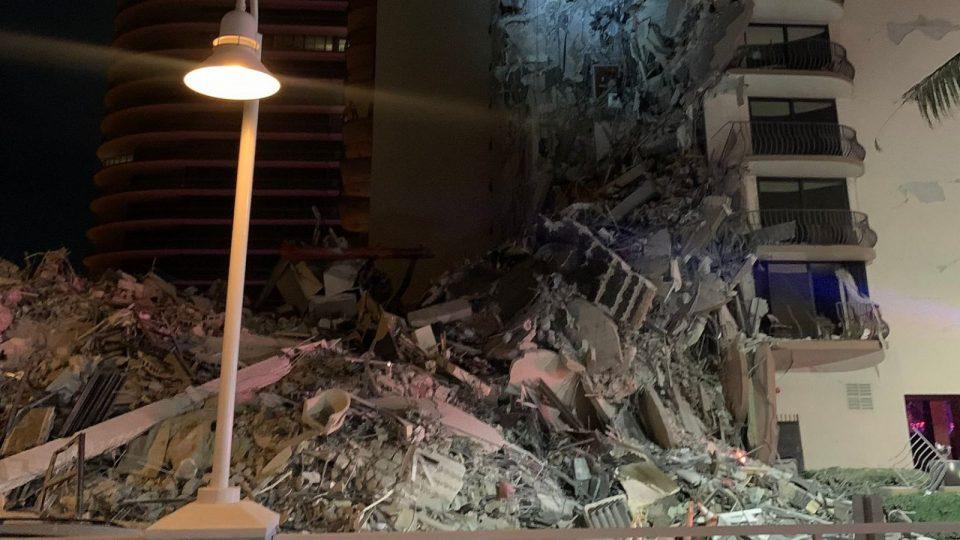(ВИДЕО) Се урна зграда во Мајами  – луѓе молат за помош од под остатоците
