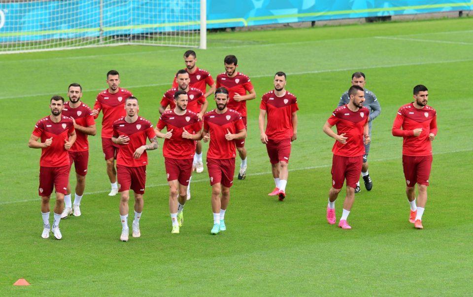 (ФОТО) Македонските фудбалери пристигнаа во Амстердам,  тренинг пред мечот со Холандија