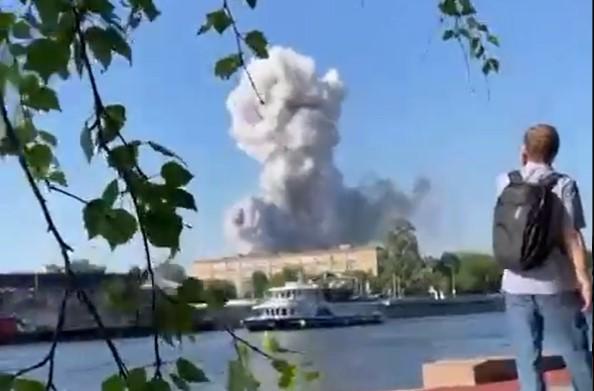 (ВИДЕО) Работите излегоа од контрола: Пожар и експлозии во магацин за пиротехника во Москва!