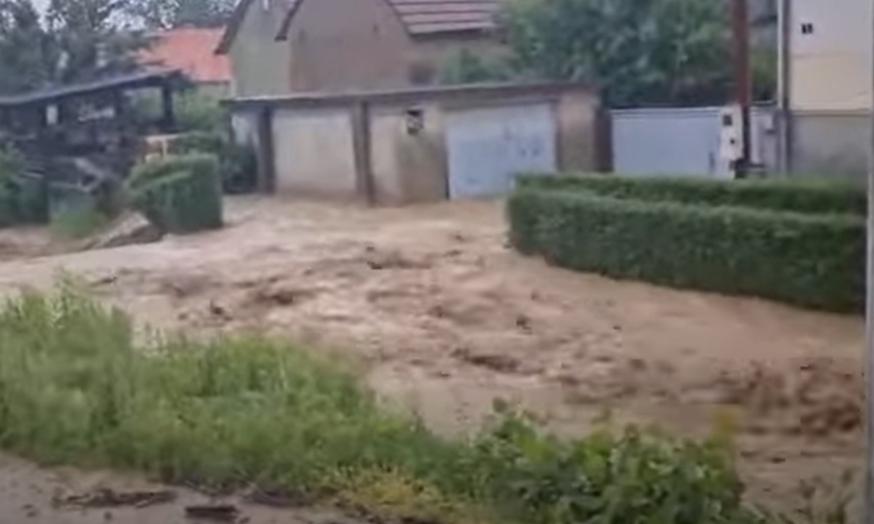 (ВИДЕО) Апокалиптична сцена, граѓаните во шок: Страшна поплава во Хрватска