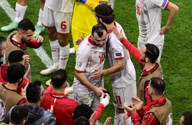 (ВИДЕО) Репрезентацијата со овации и аплауз го испрати Пандев во пензија