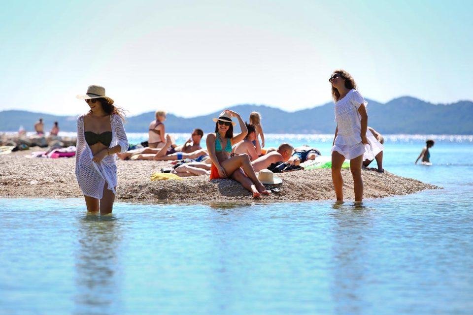 Повеќе од 240.000 туристи во моментов летуваат во Хрватска