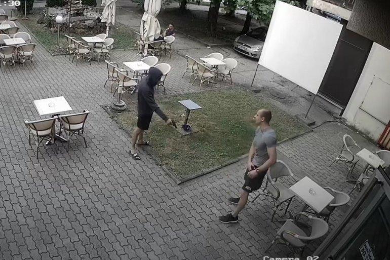(ВИДЕО) Маскиран напаѓач застрела момче па избега