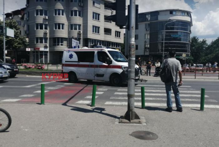 (ФОТО) Се судрија велосипедист и мотоциклист кај Универзална
