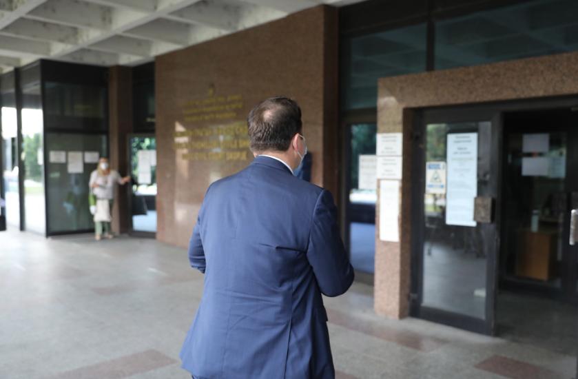 Полиција со автомат запрела новинар кој сакал да го следи судењето Николоски – Заев!