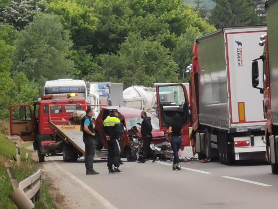Трагедија: Автомобил влетал под камион, едно лице починато
